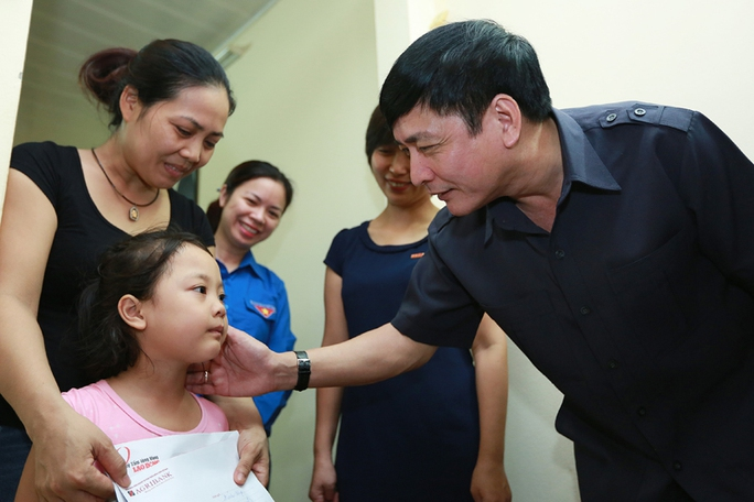Chủ tịch Tổng LĐLĐ Việt Nam Bùi Văn Cường thăm hỏi, động viên và tặng quà cho vợ, con liệt sĩ trung tá Nguyễn Văn Chính.