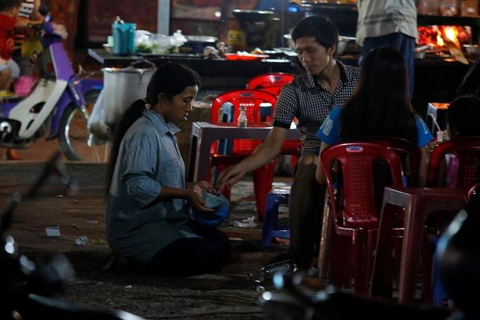 Một phụ nữ quỳ đến khi được cho tiền mới thôiẢnh: QUỐC CHIẾN