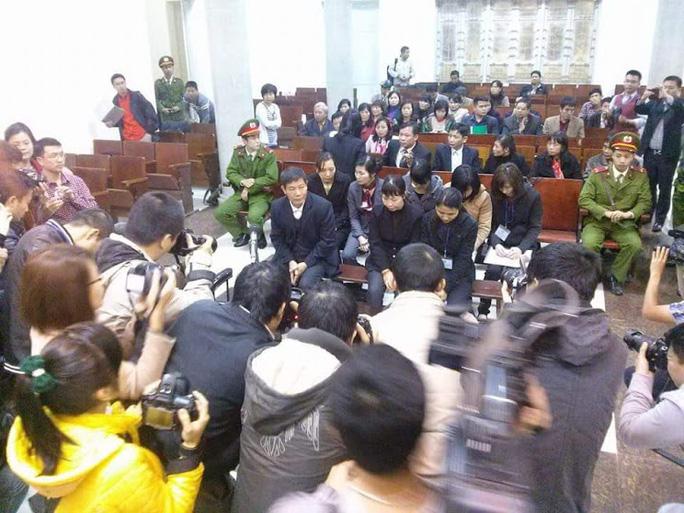 Luật Báo chí (sửa đổi) quy định nhà báo được liên lạc trực tiếp với người tham gia tố tụng. Trong ảnh: Lực lượng báo chí tác nghiệp tại một phiên tòaẢnh: Nguyễn Quyết