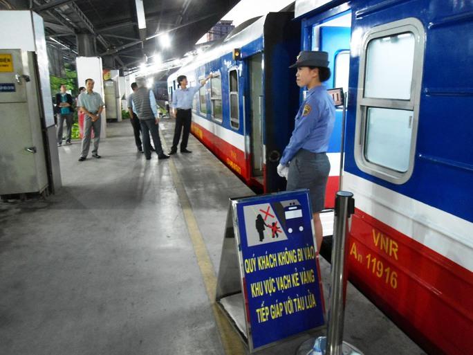 Hành khách đi tàu tại ga Sài Gòn