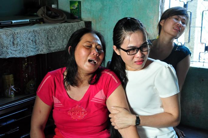 Người thân học sinh Nguyễn Minh Hoàng khóc tức tưởi