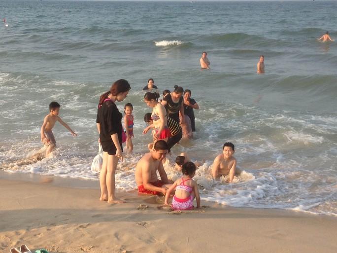 Các bãi tắm ở tỉnh Quảng Bình đông du khách trong ngày 2-5. Ảnh: Hoàng Phúc