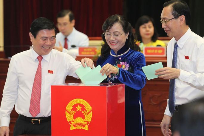 Chủ tịch HĐND TP HCM Nguyễn Thị Quyết Tâm và Chủ tịch UBND TP Nguyễn Thành Phong (bìa trái) bỏ phiếu bầu các chức danh nhiệm kỳ 2016-2021Ảnh: Hoàng Triều