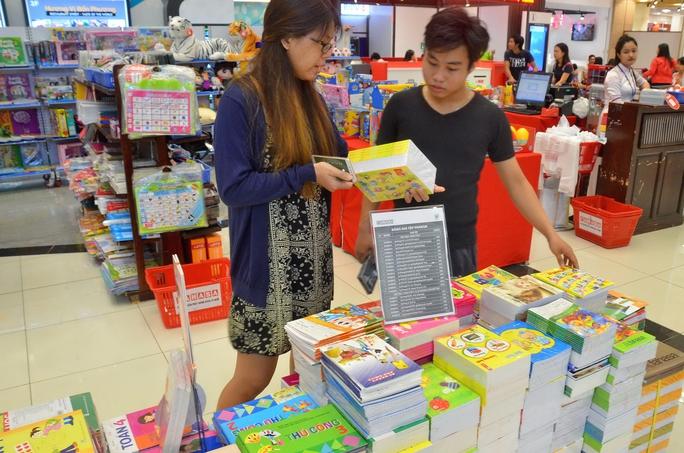 Phụ huynh tại TP HCM chuẩn bị đồ dùng, sách vở cho con em trong năm học mớiẢnh Tấn Thạnh