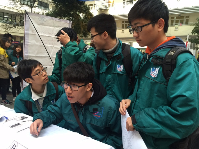 Các học sinh Trường THPT Nguyễn Tất Thành (Hà Nội) chuẩn bị cho kỳ thi quốc gia 2016