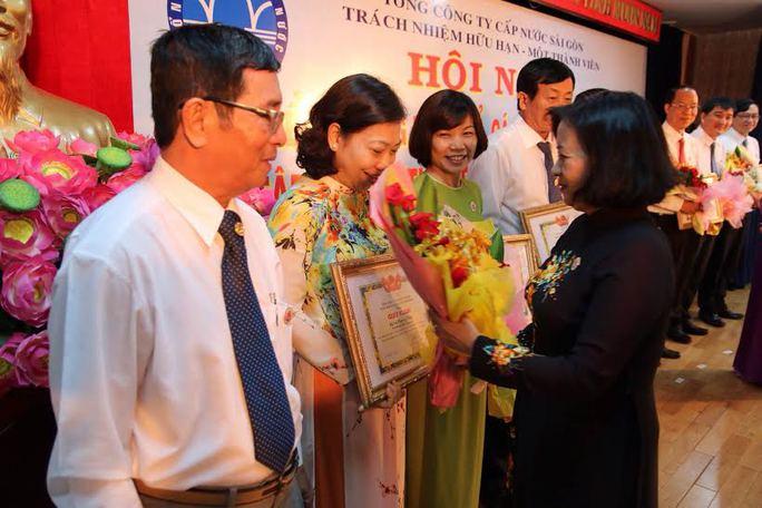 Bà Thân Thị Thư, Trưởng Ban Tuyên giáo Thành ủy TP HCM, tặng giấy khen cho các gương điển hình học tập và làm theo tư tưởng, đạo đức, phong cách Hồ Chí Minh của Tổng Công ty Cấp nước Sài Gòn