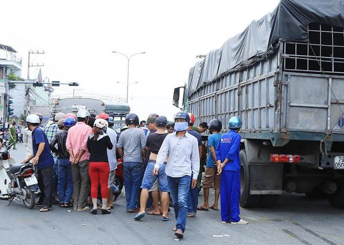Người dân hiếu kỳ tại hiện trường vụ tai nạn