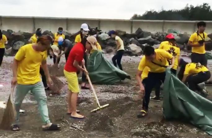 Thu Minh cùng fan dọn rác ở biển Cần Giờ