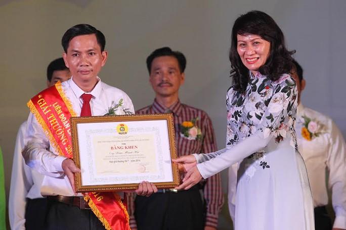 Bà Nguyễn Thị Thu, Phó Chủ tịch UBND TP HCM, trao bằng khen cho thủ lĩnh Công đoàn đoạt Giải thưởng 28-7