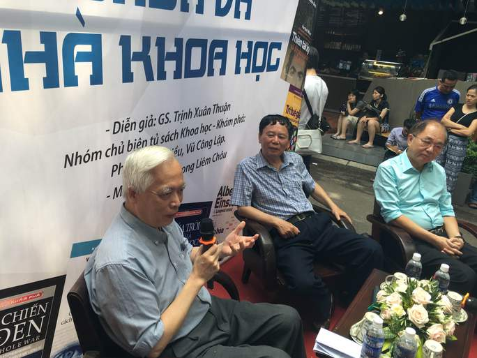 GS-TS Trịnh Xuân Thuận giao lưu với bạn đọc trên đường sách Nguyễn Văn Bình - TPHCM