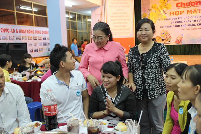 """Công nhân không về Tết dự """"Bữa cơm tất niên"""" do LĐLĐ quận Thủ Đức, TP HCM tổ chức"""