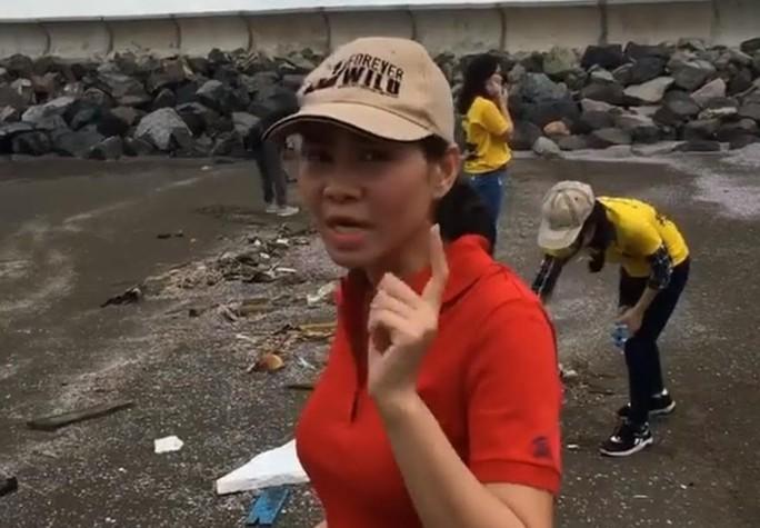 Thu Minh dọn rác ở biển Cần Thơ