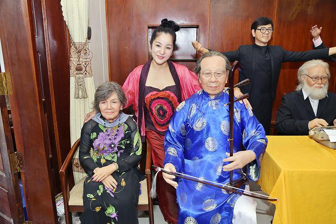 Thúy Nga chụp hình với tượng sáp cố giáo sư Trần Văn Khê