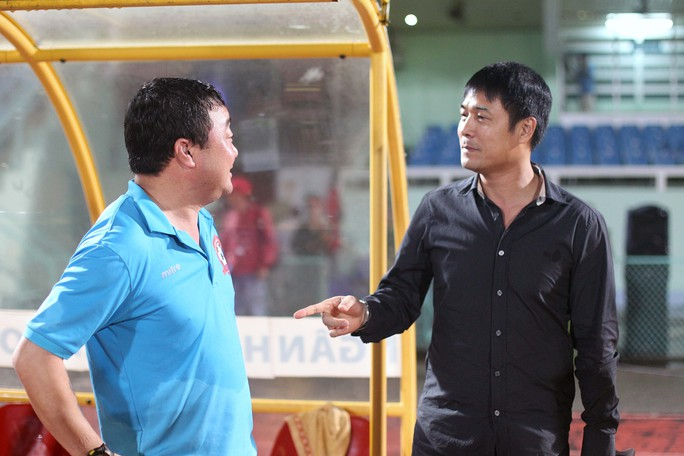 HLV ĐTQG Việt Nam Nguyễn Hữu Thắng chúc mừng HLV Trương Việt Hoàng sau trận đấu