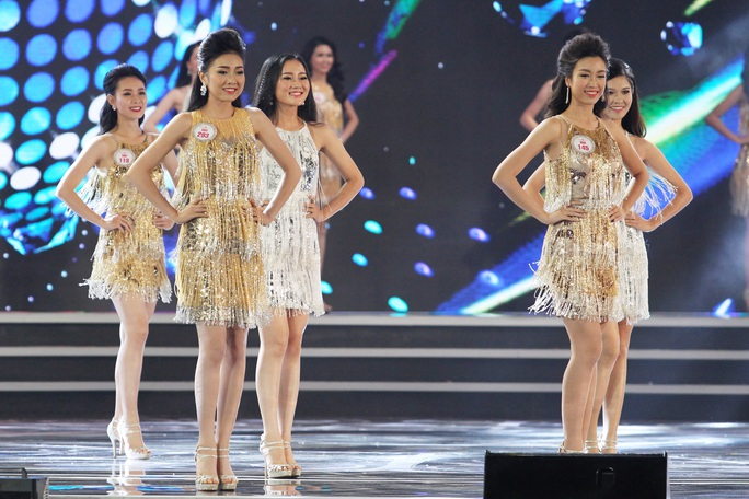 Trước đó cô cùng các thí sinh Hoa hậu Việt Nam 2016 tham gia đồng diễn trong tiết mục mở màn của Noo Phước Thịnh.