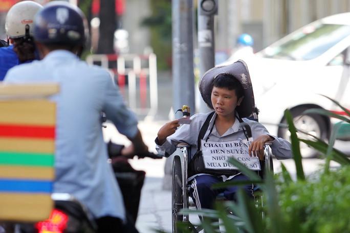 Cậu bé này cùng với tấm bảng cháu bị hen suyễn được treo trước ngực lúc trước thường được người lớn đưa đến đường Võ Văn Tần để bán vé số, sau một thời gian đã chuyển qua đường Pasteur.