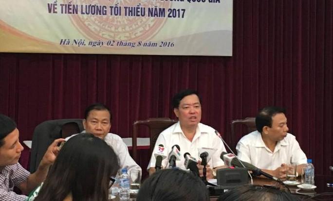 ÔNg Mai Đức Chính, Phó Chủ tịch Tổng Liên đoàn lao động Việt Nam (đầu tiên bên phải), tại cuộc họp báo
