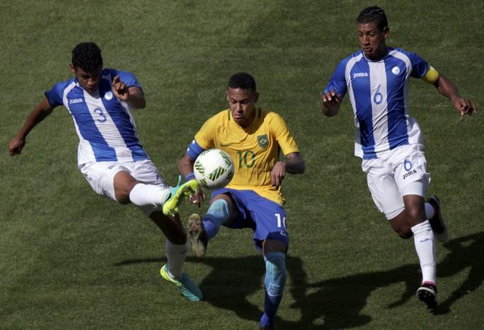 Rất may là siêu sao Brazik đã quay trở lại để giúp Brazil ghi tên vào chung kết với chiến thắng ấn tượng 6-0