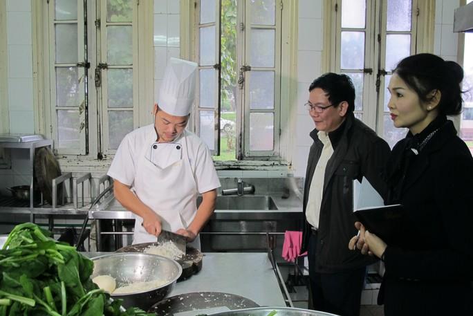 Đoàn kiểm tra an toàn vệ sinh thực phẩm tại điểm phục vụ đại biểu, khách mời tham dự Đại hội Đảng XII
