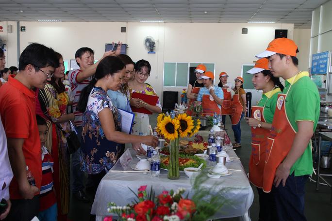 Các thí sinh trong hội thi nấu ăn do Công đoàn Công ty CP Tập đoàn Thiên Long tổ chức Ảnh: HỒNG ĐÀO
