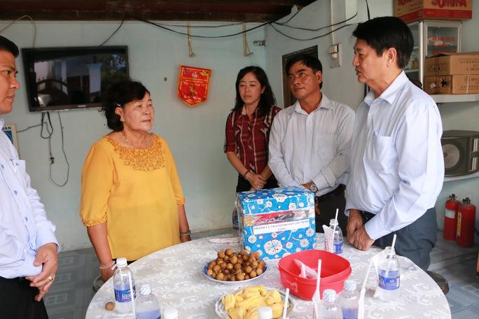 Đoàn công tác Thành ủy, LĐLĐ TP HCM thăm và tặng quà cho bà Nguyễn Thị Thành