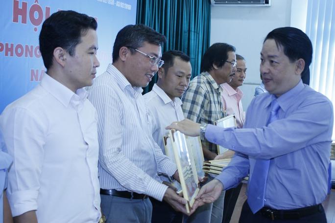 Ông Kiều Ngọc Vũ, Phó Chủ tịch LĐLĐ TP HCM, trao bằng khen cho các tập thể điển hình trong phong trào thi đua