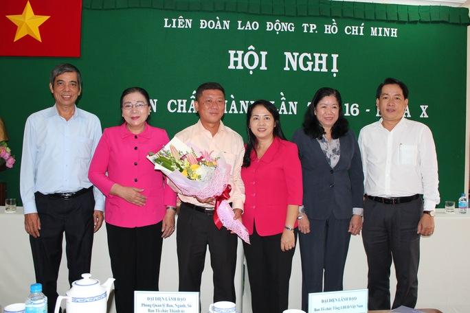 Đại diện Ban Dân vận Thành ủy TP HCM và Thường trực LĐLĐ TP chúc mừng ông Trần Đoàn Trung (thứ 3, từ trái qua)