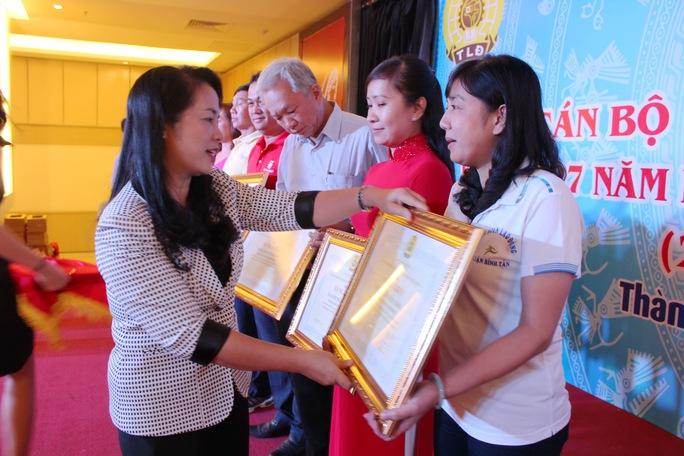 """Bà Trần Kim Yến, Chủ tịch LĐLĐ TP HCM, trao bằng khen cho các tập thể xuất sắc trong """"Tháng Công nhân"""""""