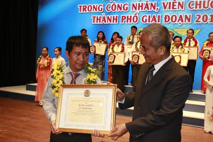 Chủ tịch Tổng LĐLĐ Việt Nam Đặng Ngọc Tùng (phải) trao bằng khen cho các điển hình tiên tiến trong CNVC-LĐ TP HCM
