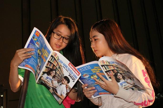 """Thí sinh tìm hiểu thông tin từ """"Cẩm nang tuyển sinh 2015"""" do Báo Người Lao Động phát hành Ảnh: Hoàng Triều"""