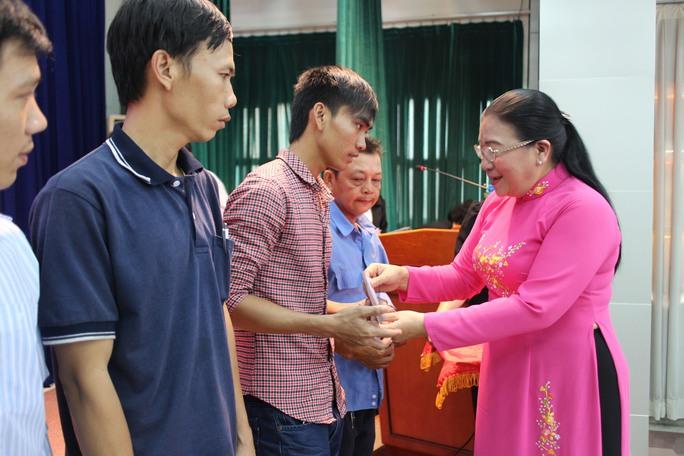 Bà Nguyễn Thị Bích Thủy, Phó Chủ tịch LĐLĐ TP HCM, tặng quà cho CNVC-LĐ có hoàn cảnh khó khăn của quận 2 Ảnh: HỒNG ĐÀO