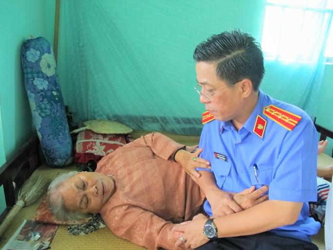 Một thành viên trong đoàn thăm hỏi mẹ Việt Nam anh hùng Lê Thị Phiền