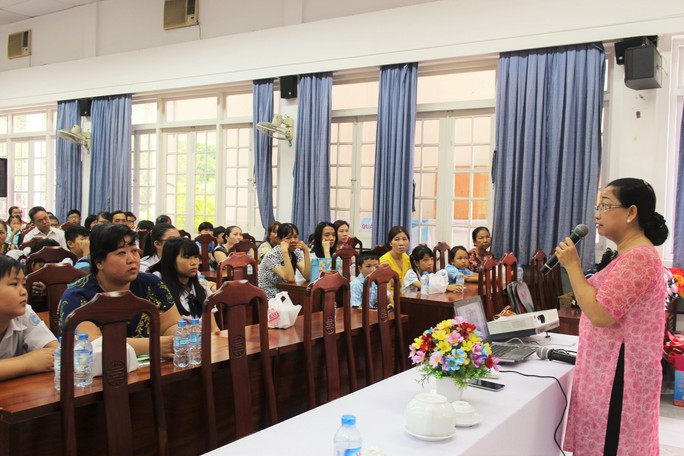 """Bà Nguyễn Thị Thu Thảo, Phó Ban Nữ công LĐLĐ TP HCM, nói chuyện với con CNVC-LĐ về """"Ơn nghĩa sinh thành"""""""