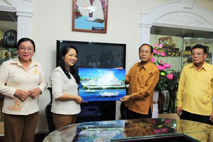 Bà Trần Kim Yến, Chủ tịch LĐLĐ TP HCM, tặng quà của Công đoàn TP cho đại diện Liên hiệp Công đoàn TP Vientiane