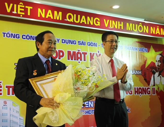 Ông Nguyễn Văn Khởi (trái) đón nhận Huân chương Lao động hạng nhì