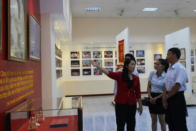 Bà Trần Kim Yến, Chủ tịch LĐLĐ TP HCM, đưa đoàn Tổng Công hội tỉnh Vân Nam tham quan nhà truyền thống Công đoàn