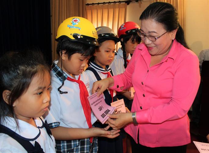 Bà Nguyễn Thị Bích Thủy, Phó Chủ tịch LĐLĐ TP HCM, trao học bổng cho con CNVC-LĐ