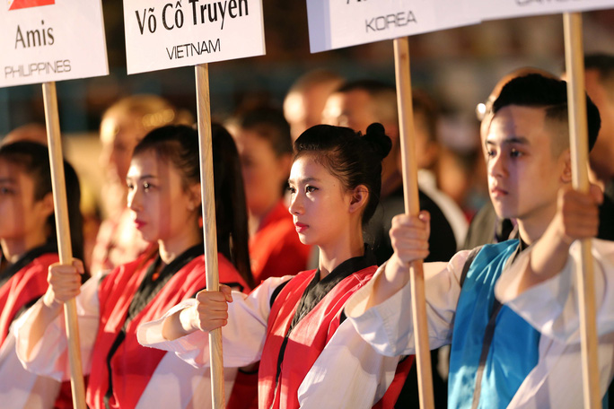 Các nữ võ sĩ xinh đẹp đại diện cho chủ nhà đón khách