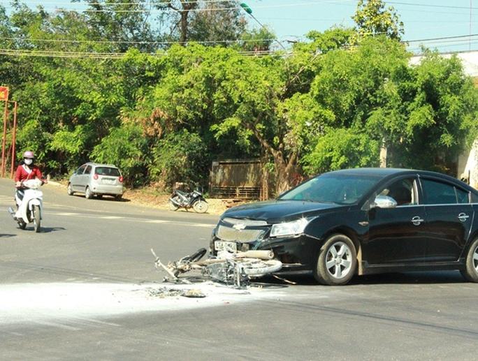 Chiếc xe máy cháy trơ khung sau tai nạn