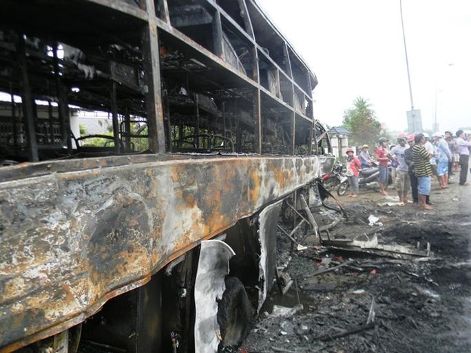 Xe khách cháy trơ khung (ảnh Minh Hải)