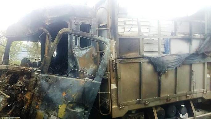 Chiếc xe tải cũng bị cháy phần đầu do ngọn lửa leo sang (Ảnh: H.Thịnh)