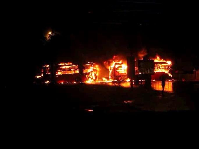 Những người có mặt sớm tại hiện trường không thể làm gì được trước ngọn lửa bùng cháy dữ dội (Ảnh: H.Thịnh)