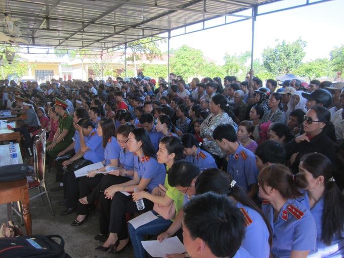 Hàng trăm người dân đã đến từ sớm để xem phiên xét xử