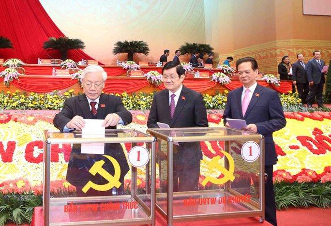 Tổng Bí thư Nguyễn Phú Trọng bỏ lá phiếu đầu tiên bầu Trung ương XII sáng 26-1