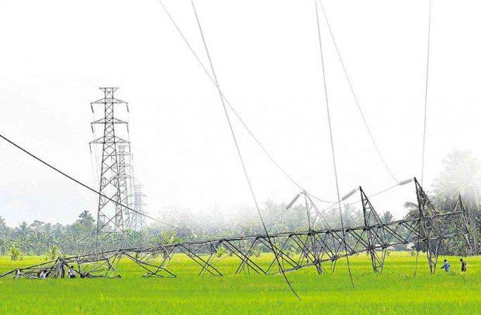 Một tháp điện cao thế bị ngã vào tháng 9-2013 ở Bắc Cotabato vì bị đánh bom. Ảnh: inquirer