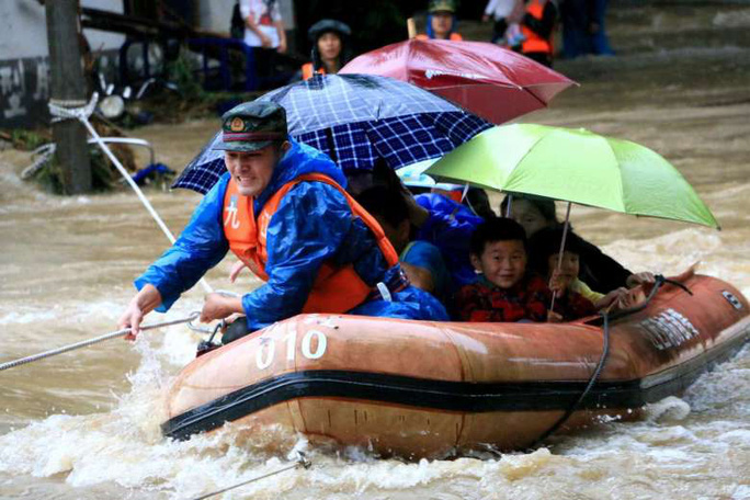 Giải cứu người dân ở tỉnh Giang Tây hom 19-6. Ảnh: Reuters