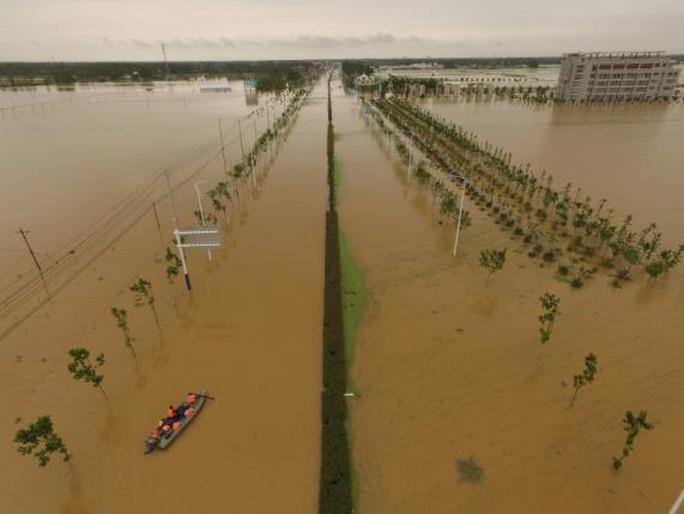 ...An Huy đều chìm trong nước lũ. Ảnh: Reuters