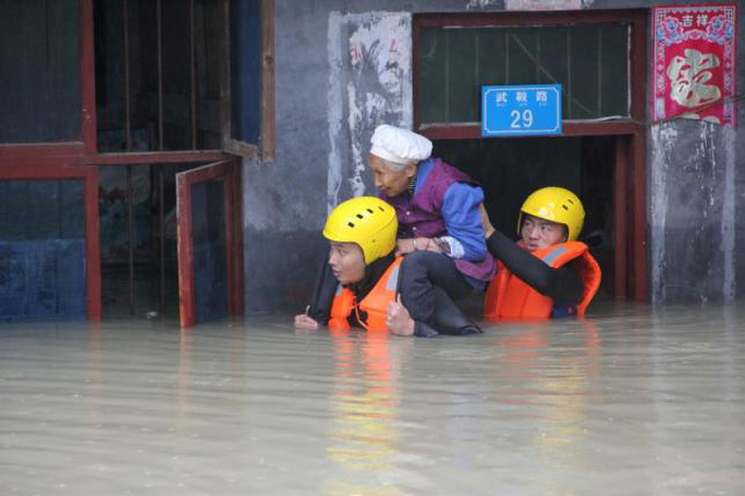 Giải cứu người già ở Trùng Khánh. Ảnh: Reuters