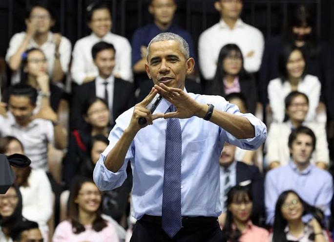 Tổng thống Mỹ dùng tay tạo hình trái tìm rất đáng yêu khi đang trả lời các câu hỏi của các bạn trẻ, trong đó có nhiều câu chuyện riêng tư. Ông Obama khẳng định rằng ông rất cảm kích vì sự hiếu khách của Việt Nam. Ảnh: Hoàng Triều