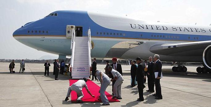 Trải thảm đỏ đón Tổng thống Barack Obama tại sân bay trong một chuyến thăm nước ngoài